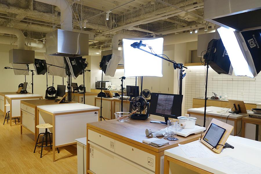 ライティング、カメラなど撮影に必要な道具がスタンバイ