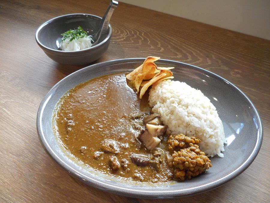 「京鴨のカレー」には、キノコのソテーとレンズ豆の煮込みを添えて。箸休めは、ラッキョウならぬ新玉ネギのマリネを