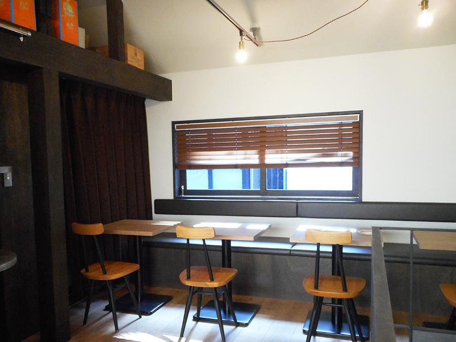 カウンターとテーブル席がある2階。屋根裏の雰囲気が漂う点も「オルト」に似ている