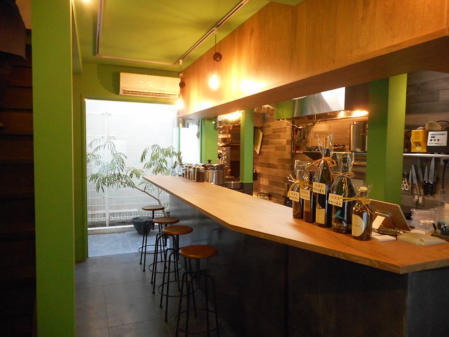 1階は厨房とカウンター席。ニュアンスのあるグリーンカラーが効果的に配されている