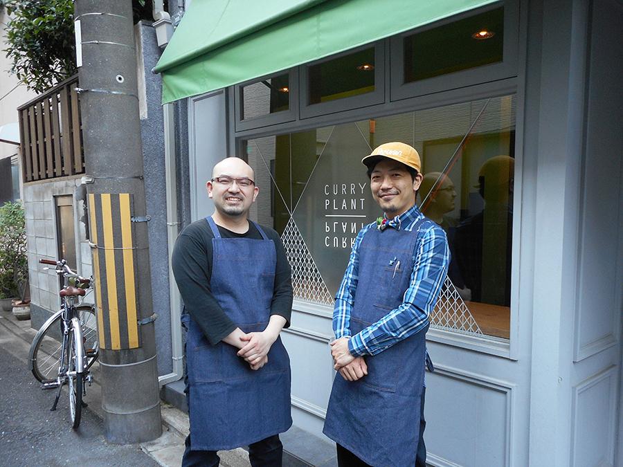 もうすぐ10周年を迎える「ORTO」と同じような隠れ家感も魅力。オーナーの谷村真司さん(左)が朝のうちに仕込むカレーを、店長の稲垣寿基さん(右)がサービス
