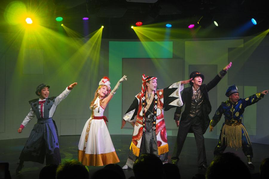 広さ100坪、席数100席のシアターでおこなわれるフードミュージカル「GOTTA」は手拍子などで観客も参加できる