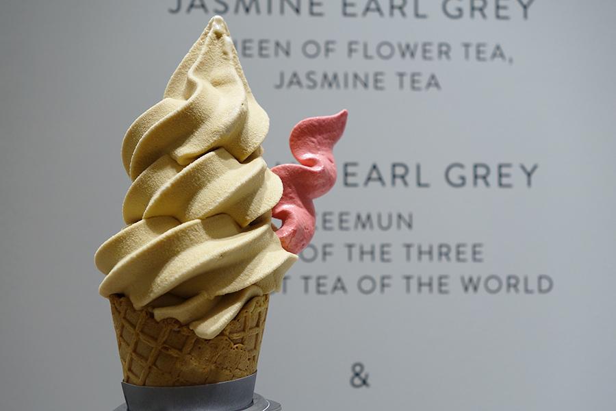 しっかりとアールグレイ感を味わえるソフトクリーム。酸味が効いたラズベリーのメレンゲ付き