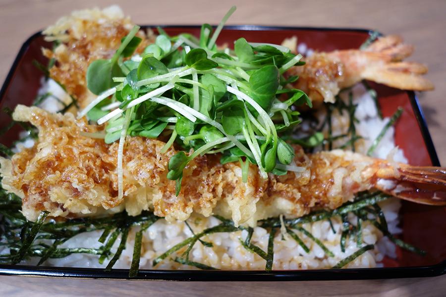 「天ぷらの山」は、さまざまな天ぷらの丼がそろう。海老天丼500円