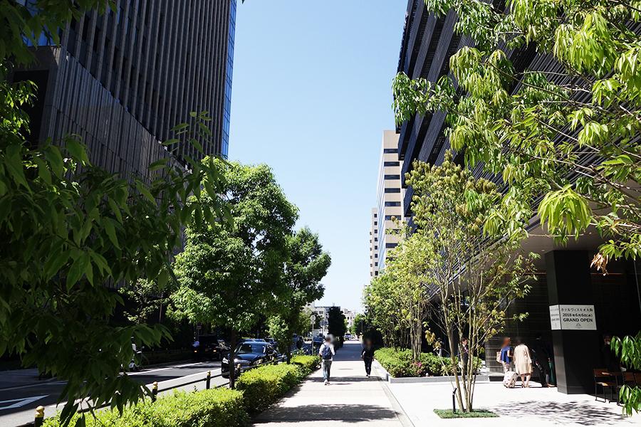 グランフロント大阪の北館(左)の前に建つ、「ホテルヴィスキオ大阪」