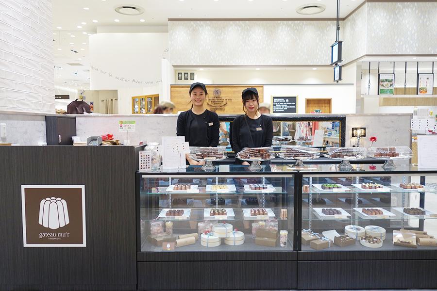 カヌレ専門店ガトーミュール。通常サイズのカヌレは250円〜、ミニサイズは4個680円