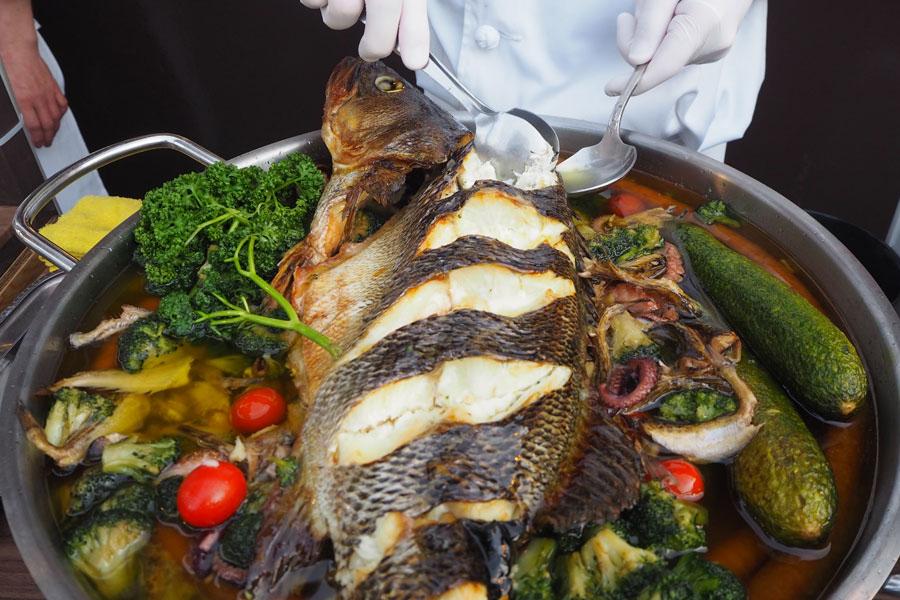 魚や野菜、ウインナーなどが入った「具だくさんアヒージョ」