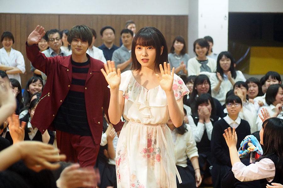 京都の平安女学院高等学校をサプライズ訪問した桜井日奈子(右)と吉沢亮(2日・京都市内)
