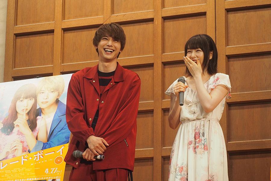 桜井日奈子(右)と吉沢亮(2日・京都市内)