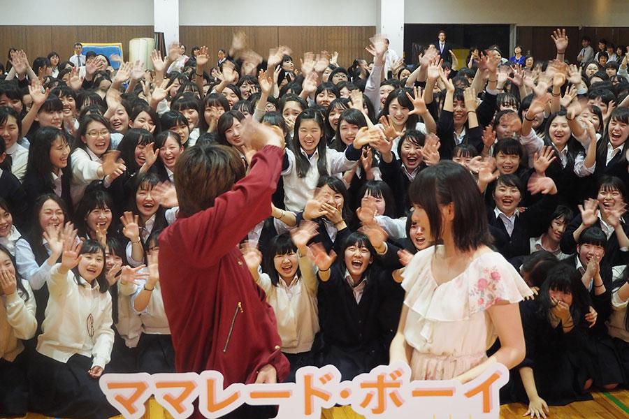 生徒たちの声援に応える桜井日奈子(右)と吉沢亮(2日・京都市内)