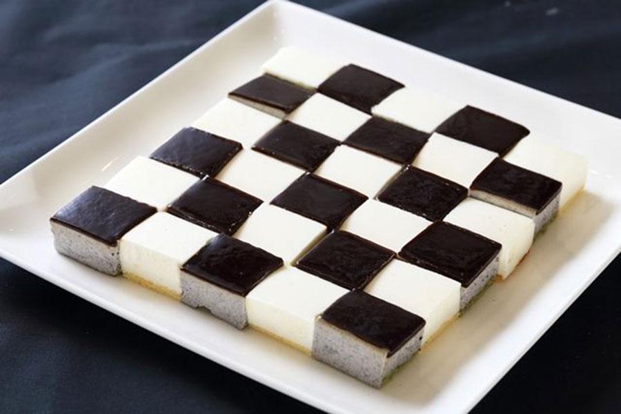 黒と白の市松模様が美しいひとくちケーキ、黒は黒ごまケーキ、白はレアチーズケーキ。
