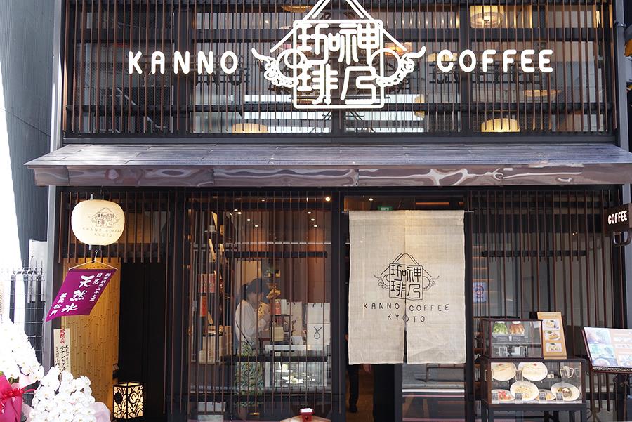 大丸京都店の東側にオープン、店内は細長く鰻の寝床のようになっており全68席