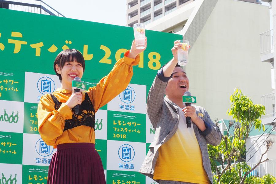 乾杯セレモニーに登場した宇都宮まき(左)と、月亭八光(10日、大阪市内)