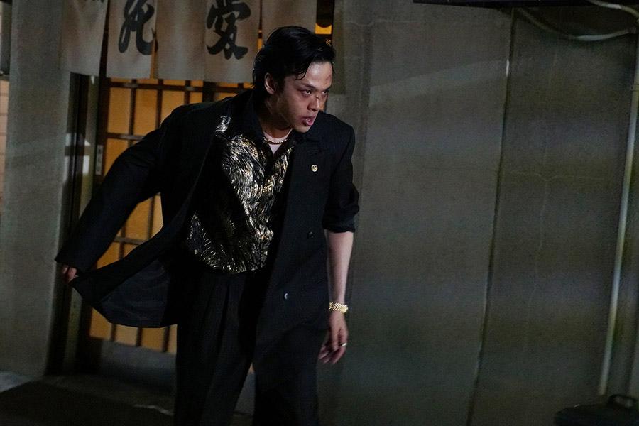 尾谷組構成員で激しい気性のヤクザ・永川を演じた中村倫也 © 2018「孤狼の血」製作委員会