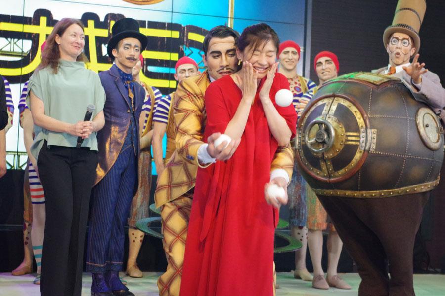 アクターに後ろから抱かれるように指導を受け、赤面する篠原涼子