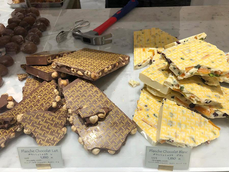 量り売りのチョコレートはかなづちで砕く。各100g1350円(税抜)