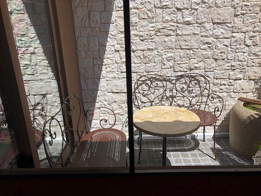 1階ブティック奥の中庭にはテラス席がある