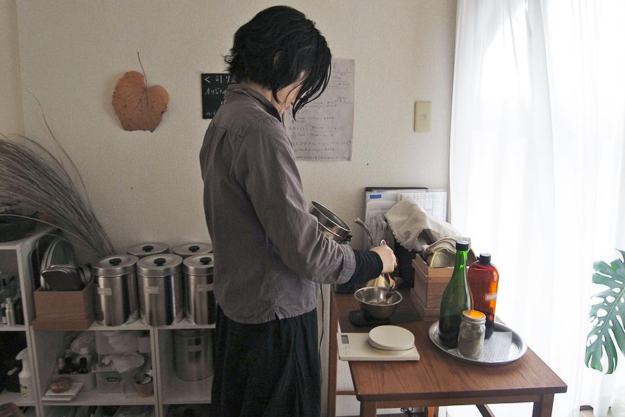 樫田幸枝さんに効能などを聞きながら、自分に合うものを選びたい。ミツロウクリームは15ml1800円+お好みで選んだ精油代