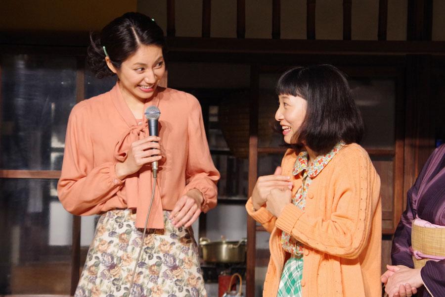 ヒロイン福子役の安藤は、先輩ヒロインの松下奈緒にさっそく甘えているようだ