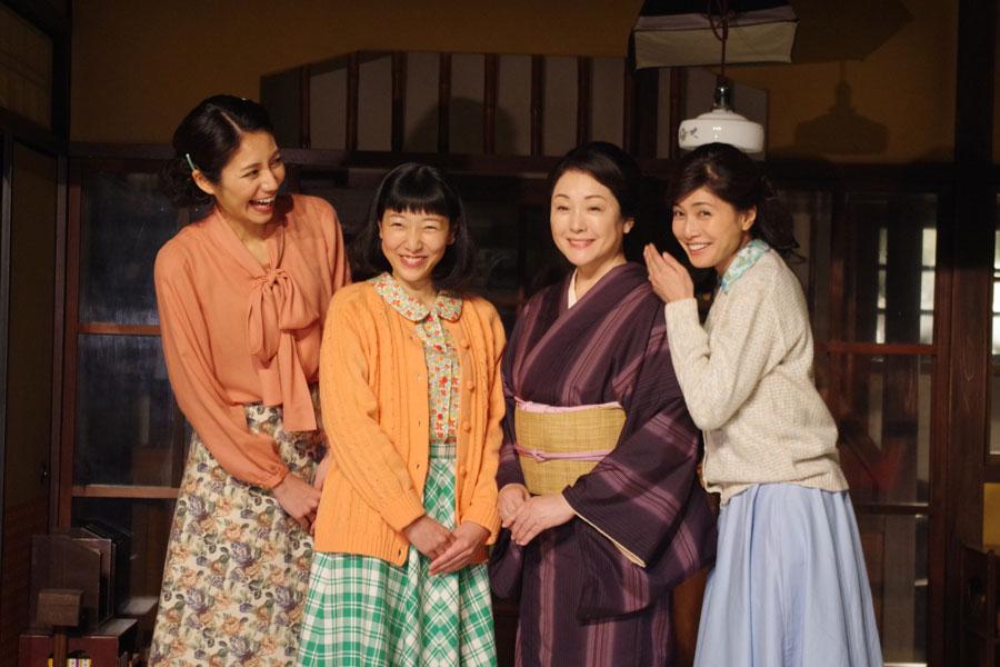 すでに家族仲の良い様子がうかがえる今井家の4人。左から松下奈緒、安藤サクラ、松坂慶子、内田有紀