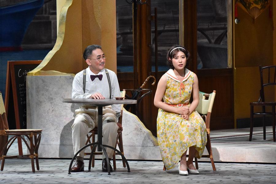 左から商人役の林家正蔵と、マリウスの恋人役の瀧本美織。2017年 日生劇場公演でおこなわれた初演より