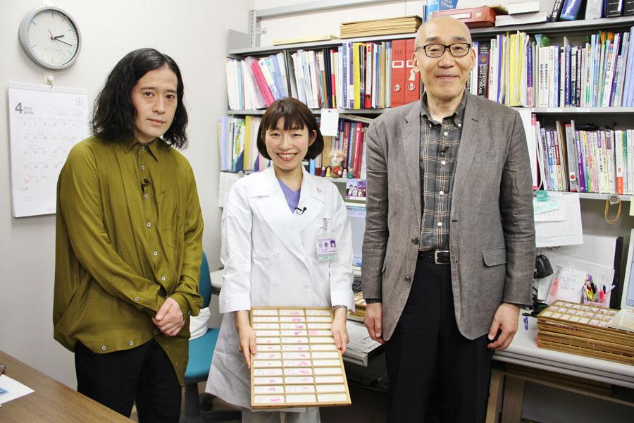 病理学医の小倉加奈子さんがさまざまな「正常な細胞」と「異常な細胞」を準備。それを見て凍りつく又吉直樹と冷静な仲野徹先生