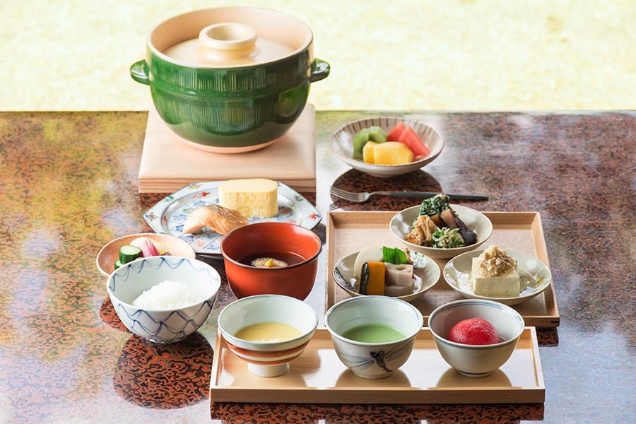 「日本料理 柏屋」が監修した和朝食。旬の野菜の擂り流し、炊きたてのご飯などを楽しめる