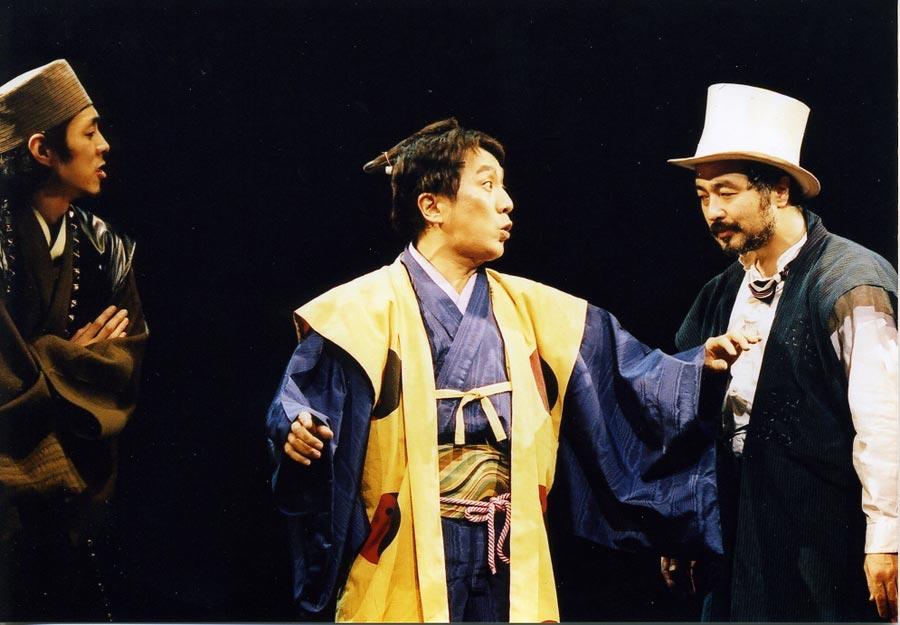 初演『ニンゲン御破産』(2003年)での勘三郎さん(センター)。松尾(右)と宮藤官九郎(左)の姿も