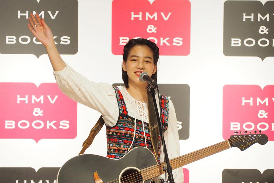 大阪・心斎橋でインストアイベントを開催したのん(15日、大阪市内)