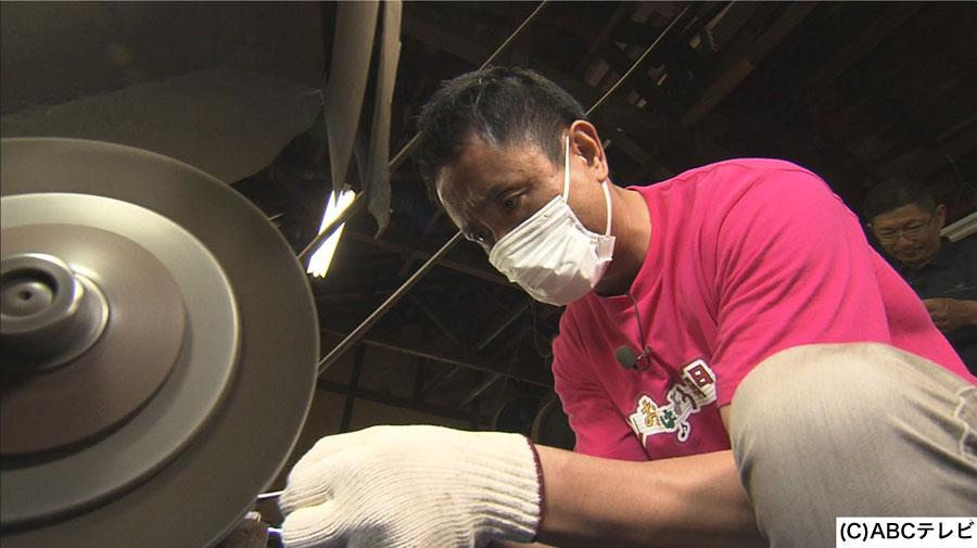 手作りキーホルダーを作るため、ステンレス板のバリ取りをおこなう岩本アナ
