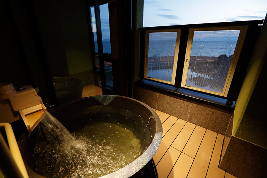 客室には、つぼ型の信楽焼陶器の浴槽。レイクビューを楽しめる
