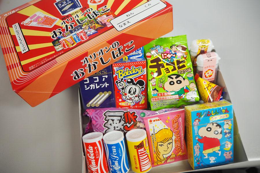 ココアシガレットやミニコーラなど、オリオン商品が15種入った「オリオンのおかしばこ」(648円・公式サイト等で購入可)