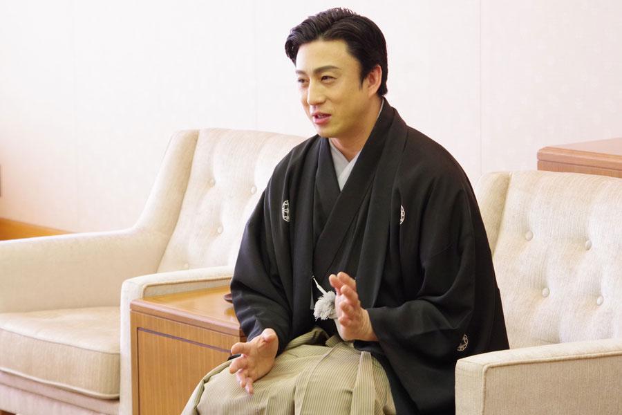 「大きな舞台ですので、たくさんの方に見ていただきたい」と挨拶する幸四郎