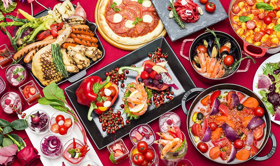 トマト、ビーツ、赤パプリカ、レッドオニオンなど栄養価がぐっと増す旬の野菜がたっぷり