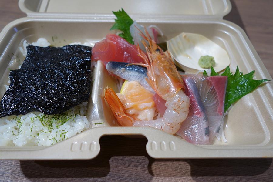 立ち喰い魚 ふじ屋、ごはんと刺身がセットの魚ライス580円