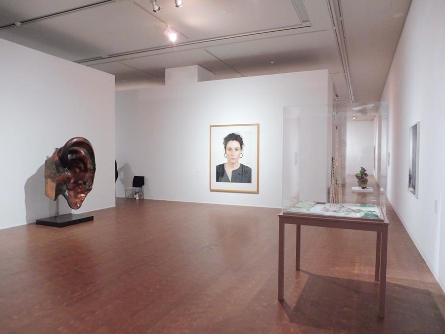 テーマ「スケール」の展示室風景(一部)。左から順に、三木富雄、トーマス・ルフ・イリヤ・カバコフの作品