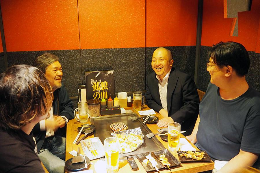 大阪・某所に集まった白石和彌監督(右から2番目)とLmaga.jpの映画評論家たち