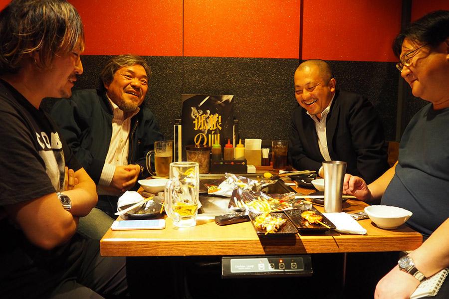 大阪・某所に集まった白石和彌監督(右から2番目)と3人の映画評論家たち