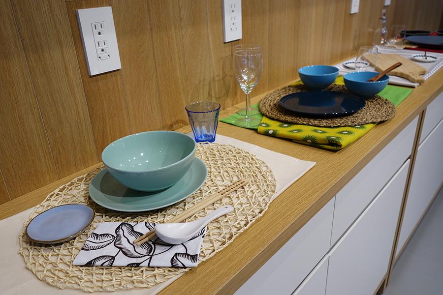 料理を引き立たせるために、皿、グラス、カトラリー、テーブルクロスのための布なども