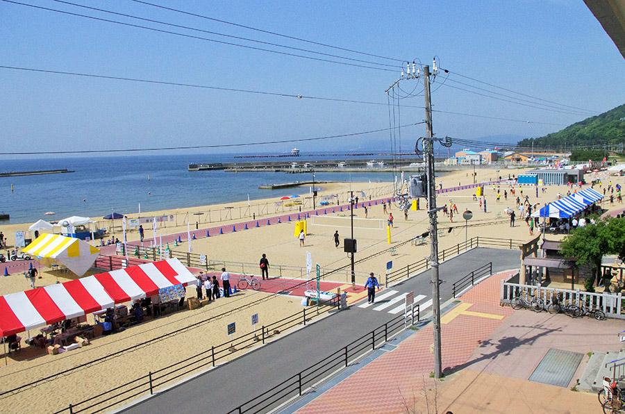 快速が止まるJR須磨駅の目の前に広がる「須磨ビーチ」はアクセスの良さが一番の魅力(27日・神戸市須磨区)