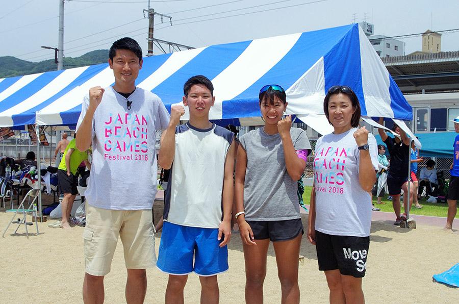 左から元全日本男子ビーチバレー五輪代表で参議院議員の朝日健太郎さん、U−19日本代表チームの堀川貴之選手、女子強化指定選手の村上礼華選手、元全日本女子ビーチバレー五輪代表の佐伯美香さん(27日・神戸市須磨区)