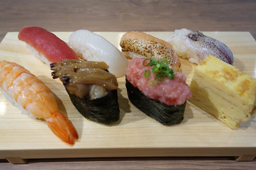 魚がし日本一の江戸前握りセット700円。こちらはカウンターで握ってもらうほか、共有スペースでいただけるようテイクアウト用メニューも