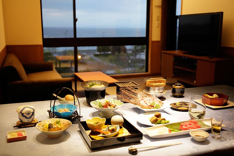 老舗旅館「浜湖月」の料理人が手掛ける料理を、お部屋でいただける