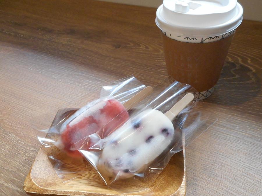 甘酸っぱい苺(左)は季節ものなのでお早めに、さっぱり味のヨーグルトとブルーベリー(右)の自家製キャンディ。コーヒー(300円)は店内でも紙コップで提供