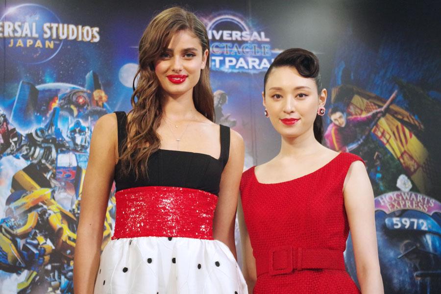 プレス・プレビューに参加した女優・栗山千明(右)とスーパーモデルのテイラー・ヒル
