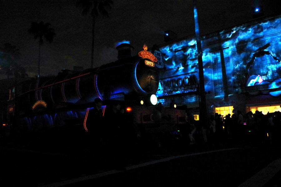 『ハリー・ポッター』の機関車が煙を吐いて登場するなど、迫力のパレード