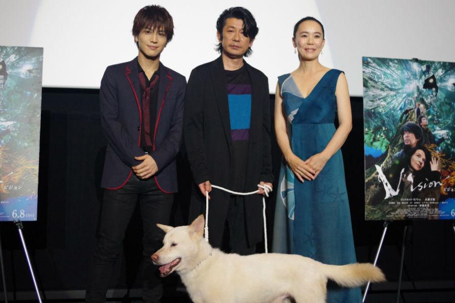 左から、舞台挨拶に登壇した岩田剛典、永瀬正敏、河瀨直美監督。手前は本編に出演するコウ(犬)