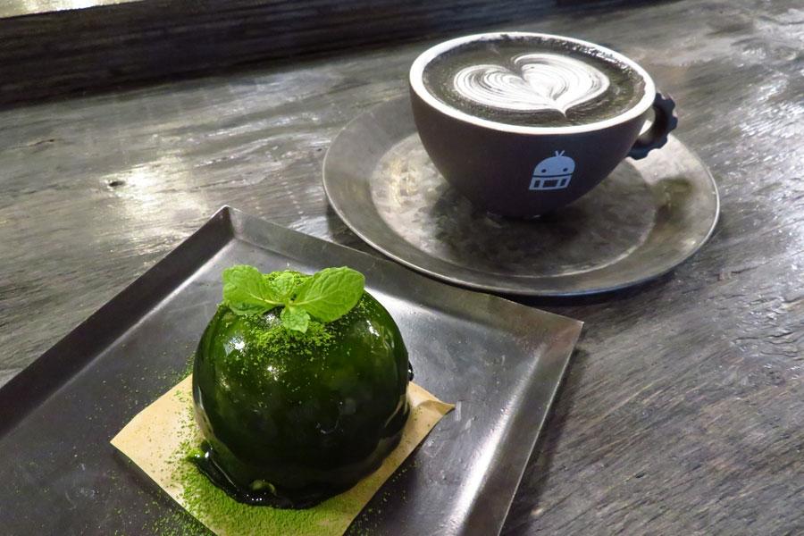 抹茶ソースをコーティングしたチーズケーキ「BONSAI」(500円)と、真っ黒な竹炭ラテ「GOMAJIRO」(750円)