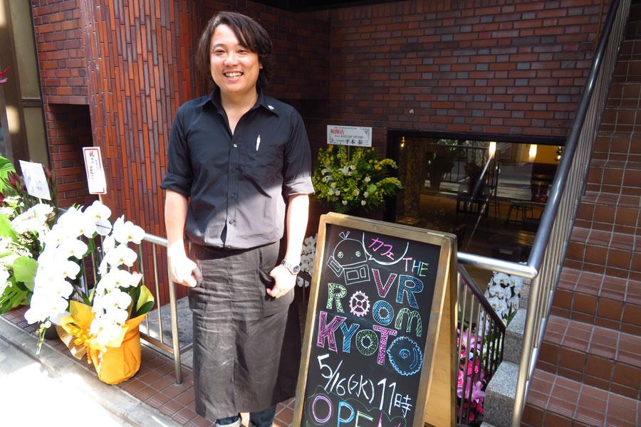 店長の秦泉寺章夫さん。カフェを運営するゲーム会社の社長で、ゲームクリエイターでもある