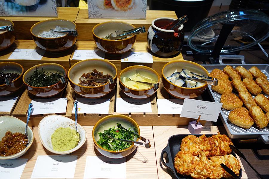 モーニングの和食コーナーでは、焼きおにぎりの茶漬けコーナーも